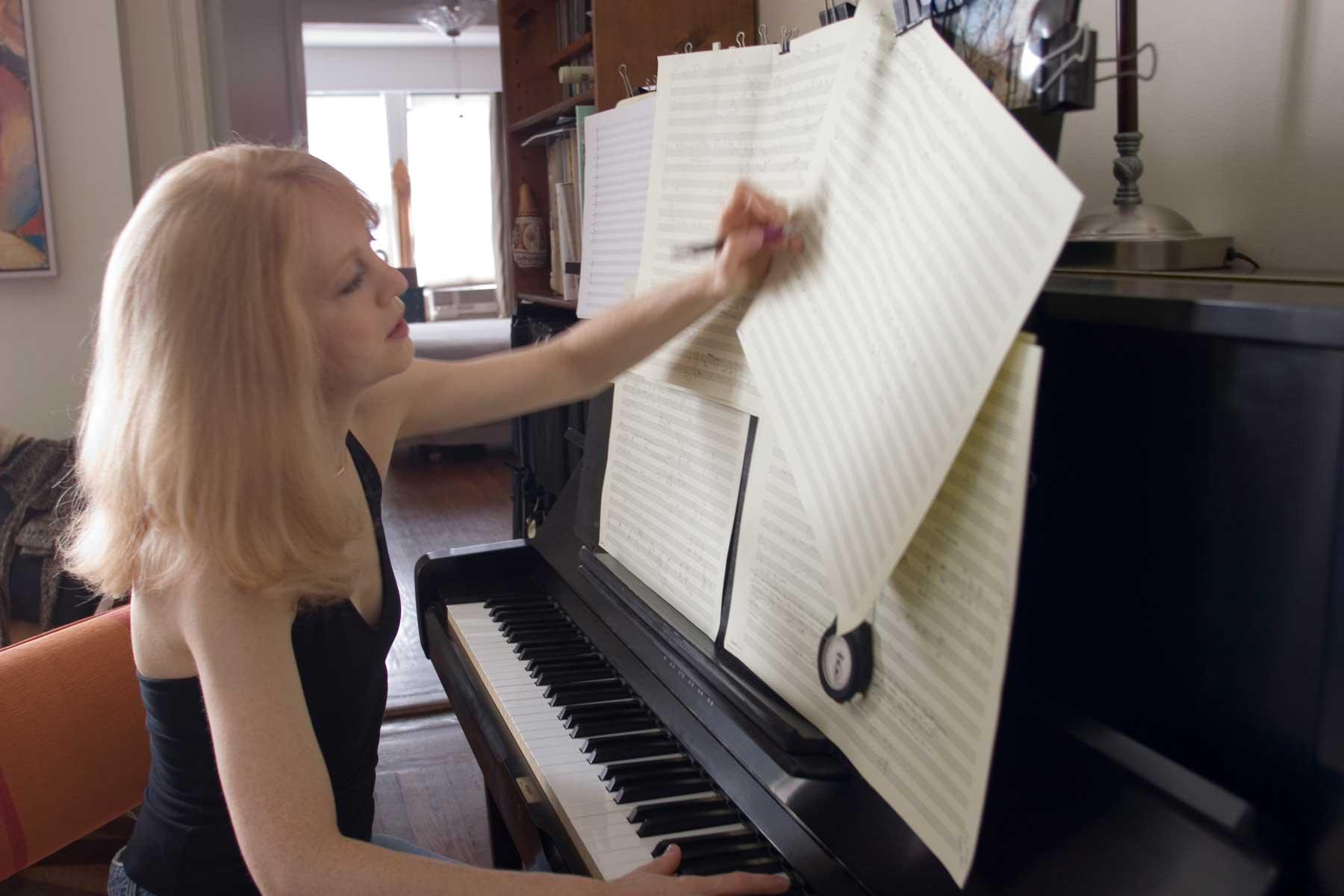 María Schneider al piano