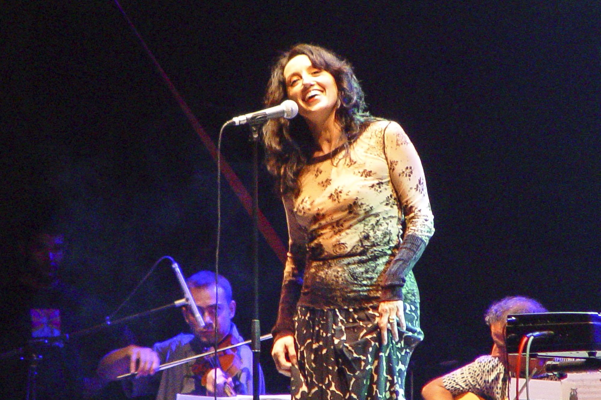 Luz Casal cantando