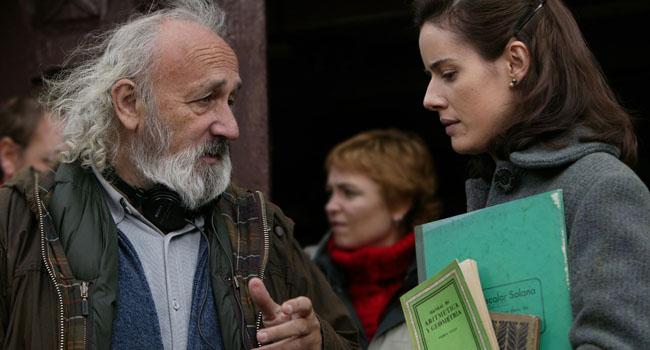 Montxo Armendáriz dirigiendo a Pilar López de Ayala