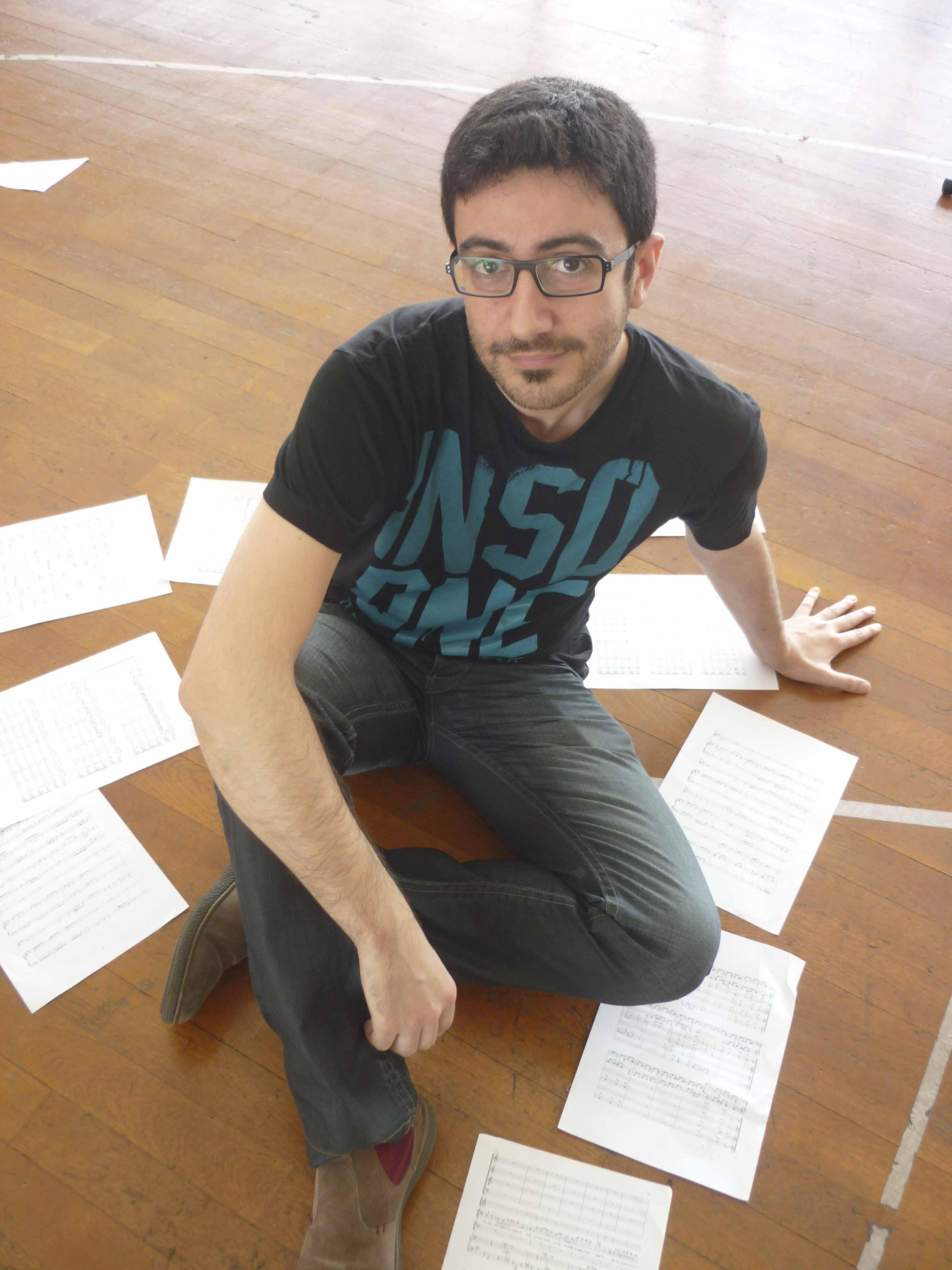 Ernesto Mateo, con las notas musicales por el suelo.